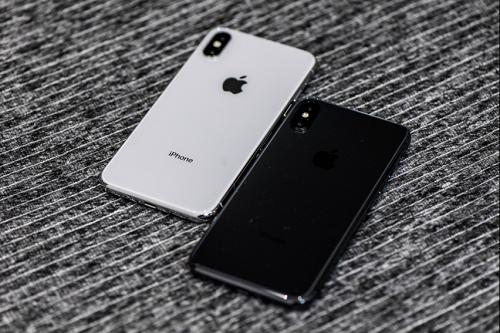 iphone x回归了iphone 4/4s时代的三明治 不锈钢边框的设计,但是工艺