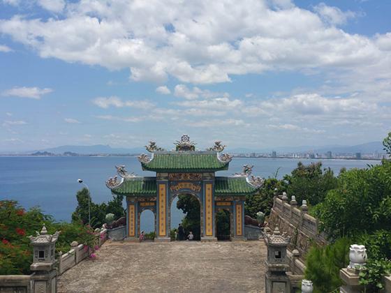 近日,亚太经合组织第二十五次领导人非正式会议在越南岘港召开。其实,岘港对于世界游客来说并不陌生,2016年越南共接待外国游客超1000万人次。由于地理位置较近,签证方便,消费水平较低,风景宜人等因素,近年来,岘港也逐渐进入中国游客的视野。数据显示,今年一季度,赴越中国大陆游客近95万人次,同比增长63.