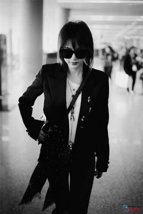 王子文引领酷Girl时尚 经典黑白灰搭出高级感