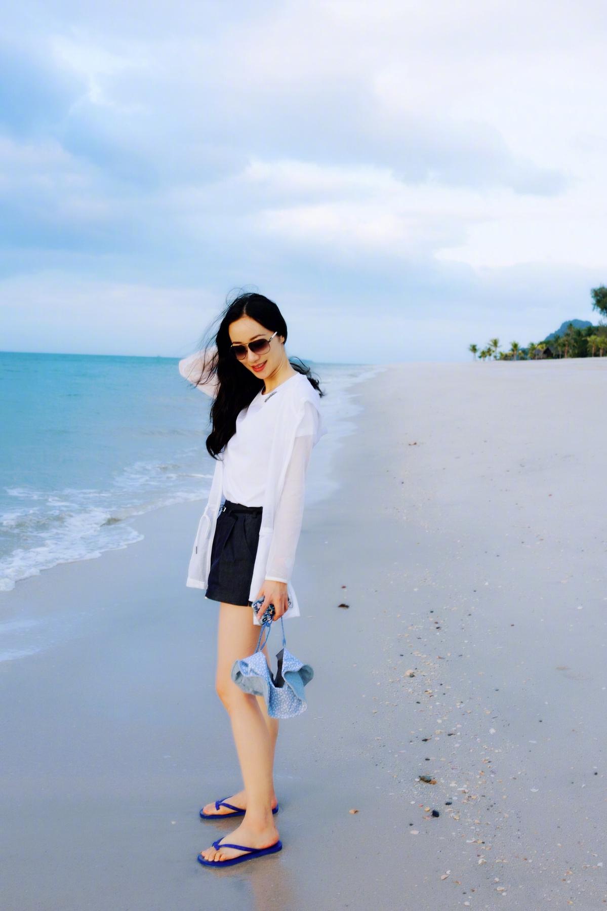 近日,明星韩雪在微博上晒出了一组海边度假的美照,照片中的她身着简单素净的白色T恤、黑色短裤,搭配轻薄防晒服,信步闲庭游走于蓝天碧海间。并俏皮配文:听说你那里很冷,我是来拉仇恨的。又见#标准游客照#。对此,粉丝们纷纷表示:肤白貌美大长腿说的就是韩雪本雪了吧我在你的眼镜里看到了落日的余晖,是那样的美好与安静,呼吁女神再多发一点游客照,祝福玩得开心,早点回家。