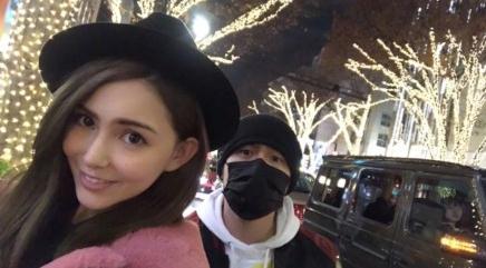 12月24日是周杰伦和昆凌的结婚纪念日,周杰伦晒出和老婆逛街的合影