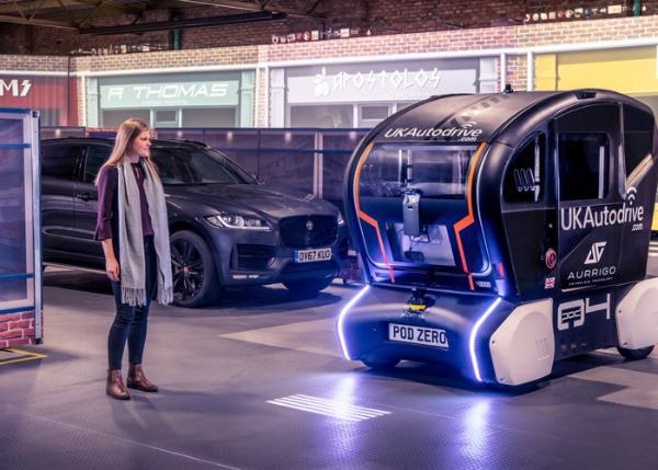 捷豹路虎研发新系统投影不同线条 显示自动驾驶车辆行驶意图