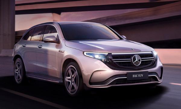 (图片来源:奔驰汽车官网) 盖世汽车讯 据外媒报道,梅赛德斯奔驰星期一(5月6日)宣布EQ纯电动车家族的首款车型EQC紧凑型跨界车将开始生产。相关研究机构透露,EQC预计将于明年第一季度开始在美国出售,而在中国地区的生产将从今年开始。 EQC在德国的售价为79,786美元,而这款车型也是奔驰计划在2025年前推出的10款纯电动车型当中的第一款。奔驰生产及供应链总监Markus Schfer在发言中表示:鉴于奔驰EQC开始生产,我们今天开启了新的开关,即未来的电动出行。 奔驰无法快速的实现电动化。特斯