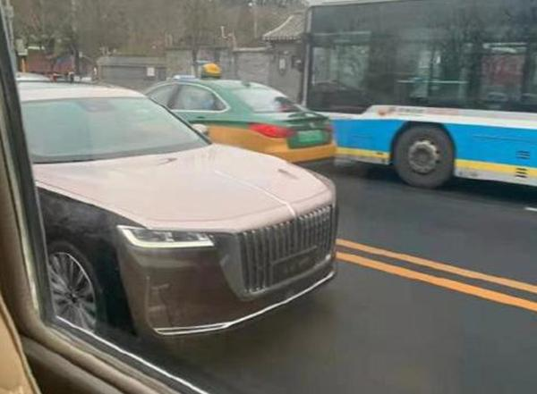 红旗H9实车提前亮相 将明日人民大会堂首发 双色车身配贯穿尾灯