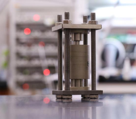 利用x光断层扫描观察美国固态锂电池内部