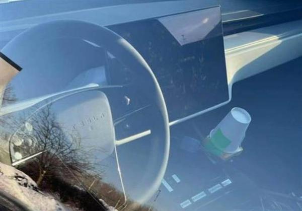 特斯拉S型车的内部间谍照片曝光延伸了传统的方向盘