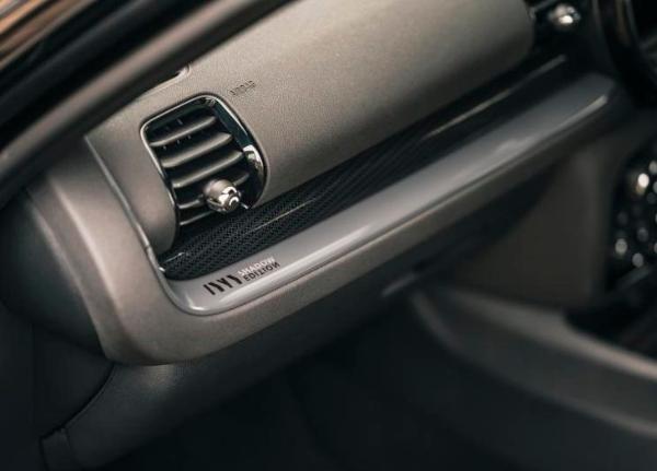 MINI发布两款暗影版车型官图 黑化车身/专属身份标识