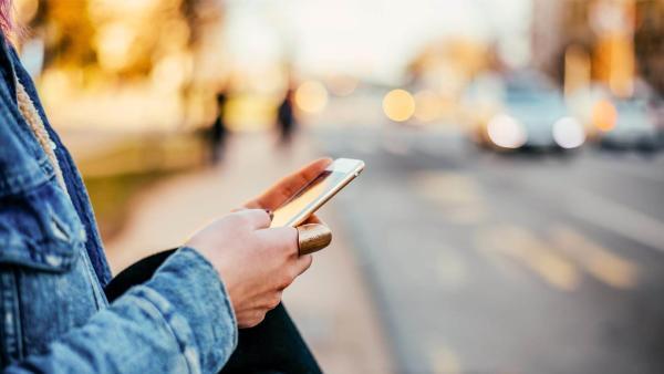 美国智能手机应用程序的发展允许视力受损的病人和老年人安全使用自动驾驶汽车