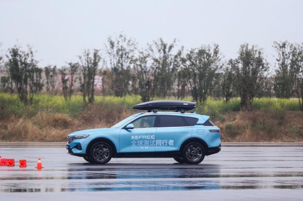 岚图FREE预售价31.36万首 配一体式可升降三联屏/最大续航860km