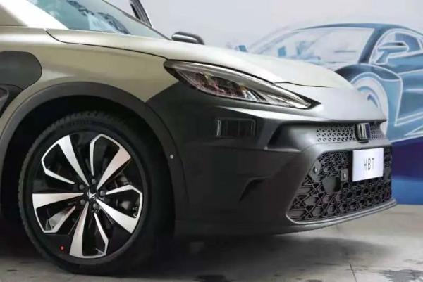 北汽蓝谷与华为合作首款车型将于上海车展首发,打造高端智能电动汽车。搭载华为智能网络连接和智能电动解决方案的ARCFOX Extreme Fox T发布交付,华为轮值主席徐志军宣布,其首款ARCFOX Extreme Fox S HBT将于今年4月在上海车展亮相。                                                          <tt dir=