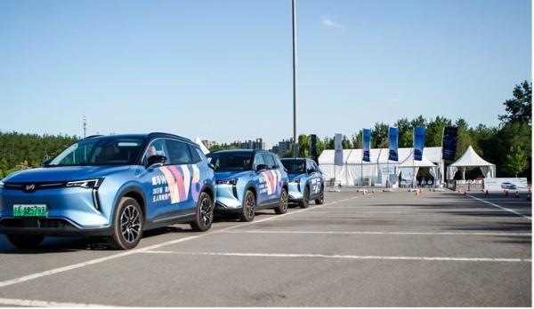 商场地库可无人驾驶自动泊车 场地体验威马W6