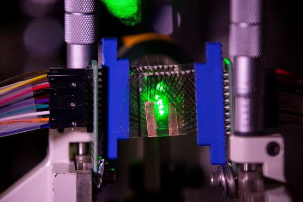 科学家开发新的类似突触的光电晶体管 可用作自动驾驶汽车传感器