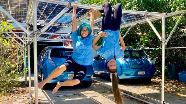 美国学生研发太阳能移动车棚 可给电动汽车充电