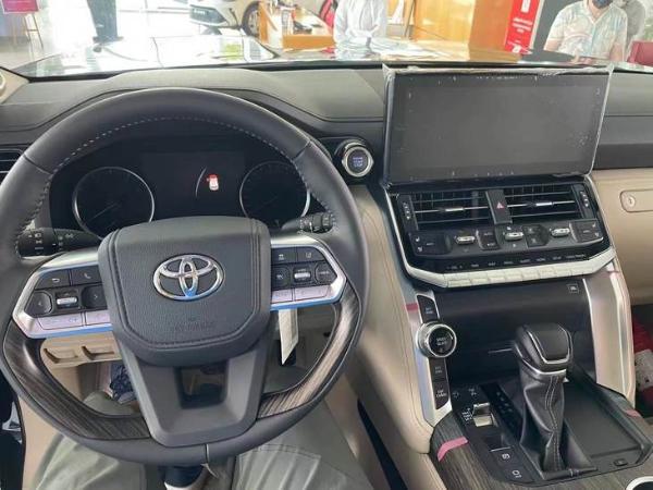 全新丰田兰德酷路泽海外到店 这次加多少能提车?