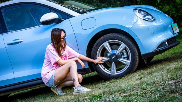 小姐姐的第一辆车到底怎么选?是欧拉好猫还是高尔夫