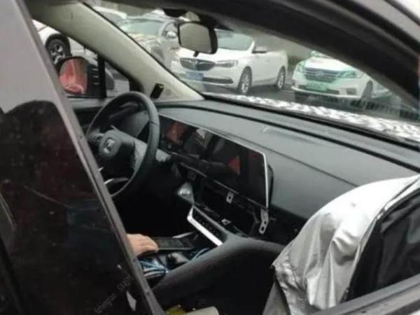 长安UNI序列首款轿车谍照曝光 配可升降尾翼 定位运动轿车产品