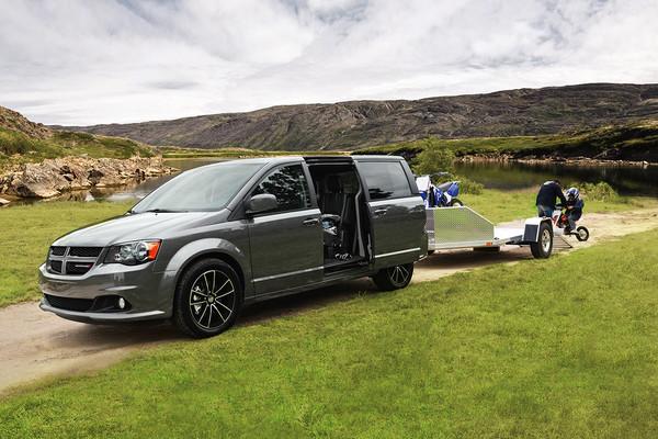 NHTSA调查道奇和克莱斯勒小型厢式车电动滑门问题