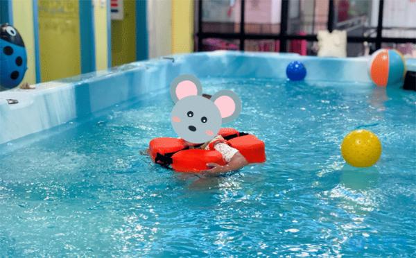 把宝宝洗澡这件事交给婴儿游泳馆,家长省心孩子开心