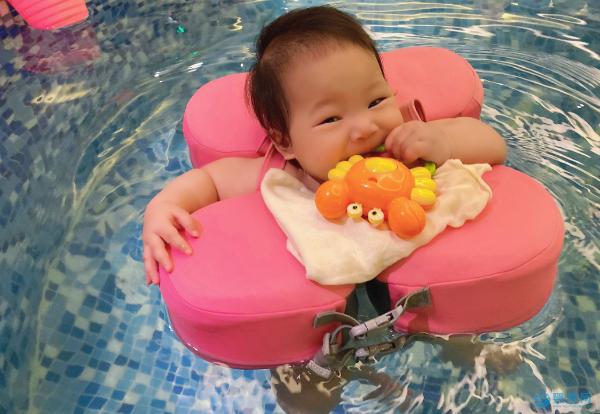 游泳帮助脑瘫宝宝站起来,婴儿的这些秘密技能太惊人