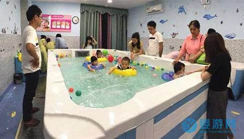 冬天宝宝在游泳池里的快乐,是多少钱都换不来的