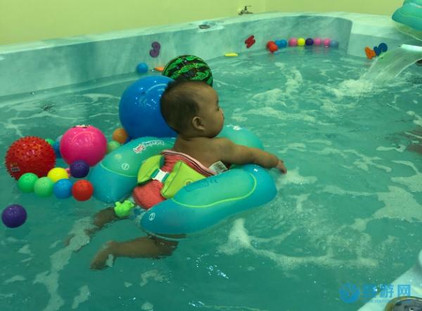 冬天这样给孩子洗澡易生病,不妨去婴儿游泳馆