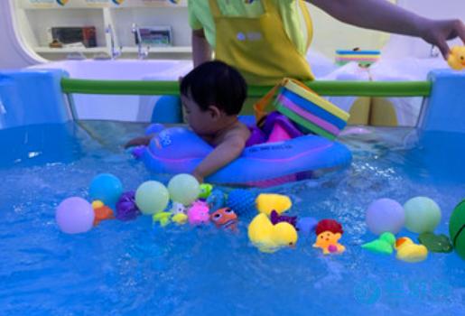 冬天宝宝运动选择游泳最好,好就好在这几点