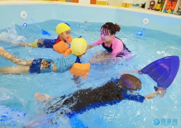 别跟风,不是所有的婴儿游泳馆都适合做早教项目