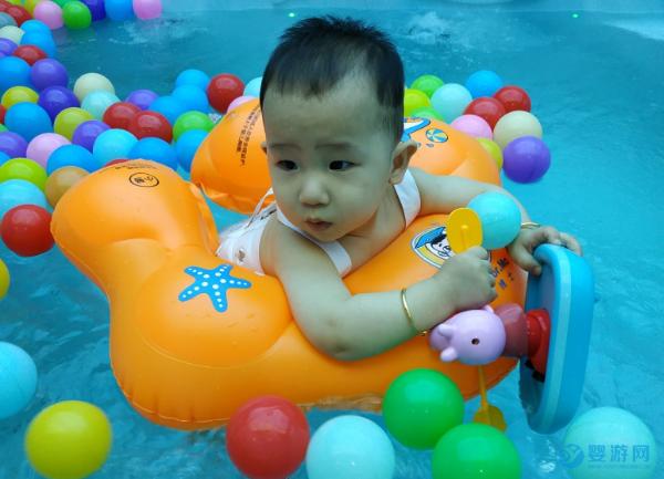 孩子吃多了元宵不消化?来试试带他去游泳抚触