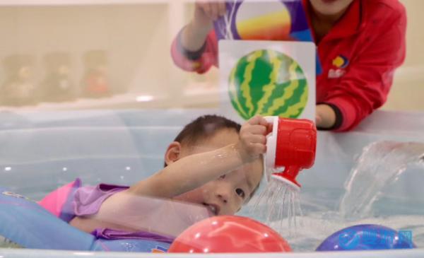 不让孩子下水,就永远不会明白Ta游泳后的变化