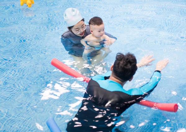 宝宝游泳这项运动,究竟值得家长投入多少钱