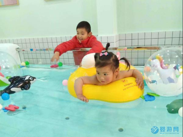2021年开婴儿游泳馆馆还是水育馆,不少人选择后者