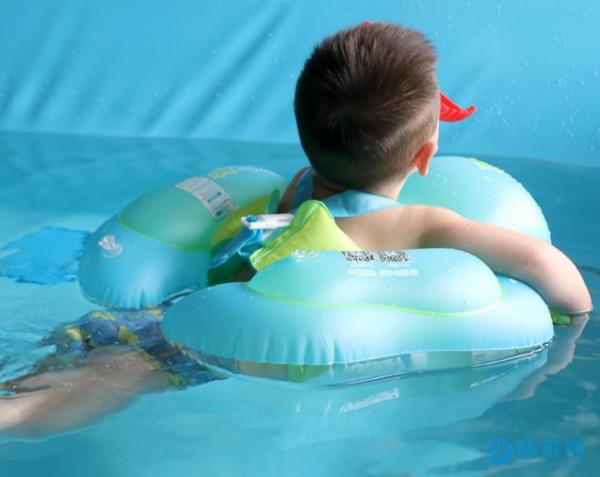 不同年龄的孩子运动方式不同,但始终推荐游泳