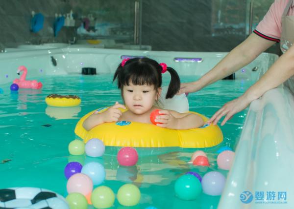 带宝宝游泳完全不用等到夏天,现在去就好