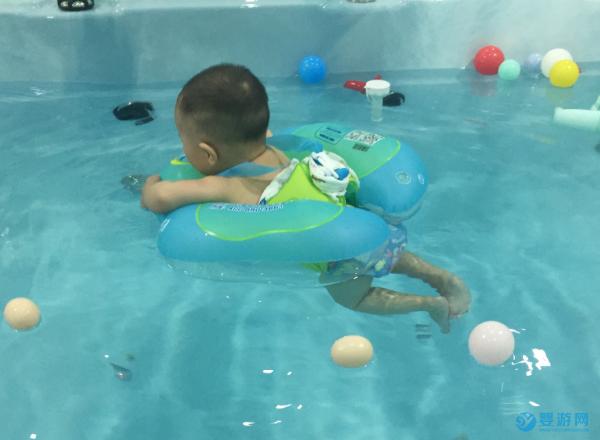 每个年龄段都有适合的运动,0-6岁是游泳