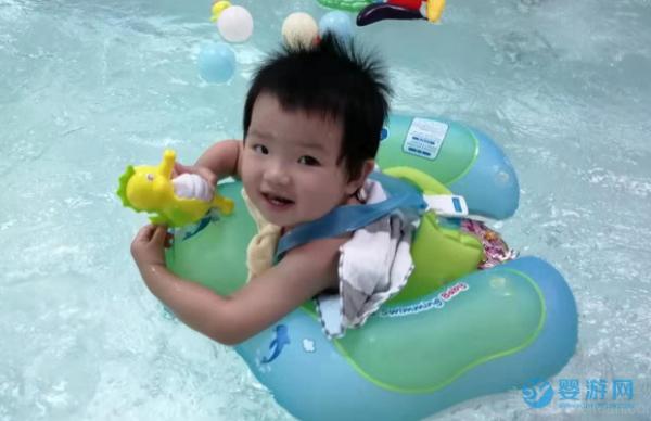 """不要让孩子成为""""小胖子""""和""""小眼镜"""",多带孩子去游泳"""