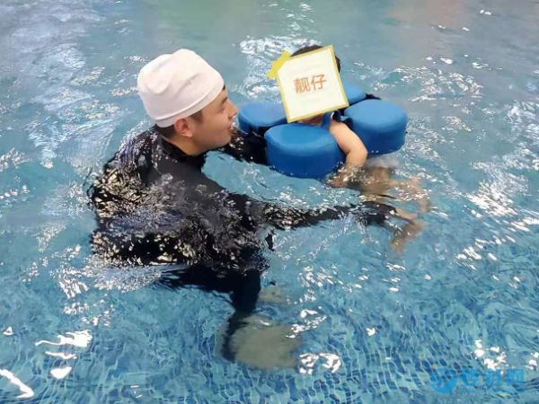 夏天带孩子坚持游泳运动,让宝宝健康起来