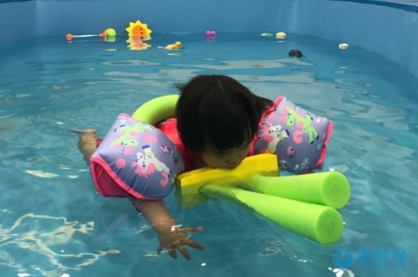 0-6岁婴幼儿的教育花费,最值得的是游泳课