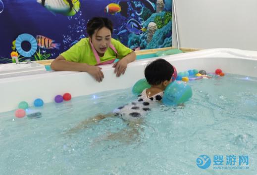 十名宝宝九名爱游泳,可不仅和季节有关
