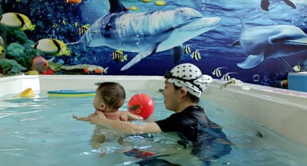 夏天带孩子去游泳,安全始终是第一位