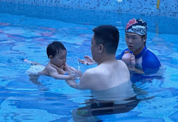 这四类孩子长大更优秀,婴幼儿游泳帮大忙