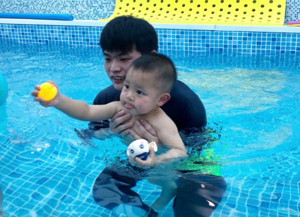 夏天要不要到宝宝去游泳馆,这是最科学的答案
