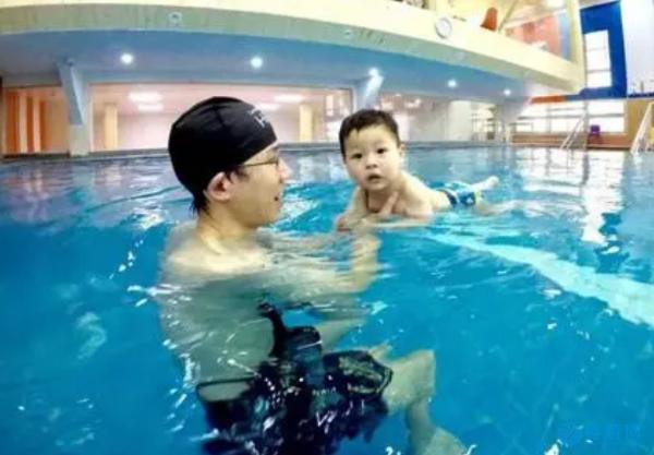 婴幼儿游泳这件事,家长千万不要做旁观者