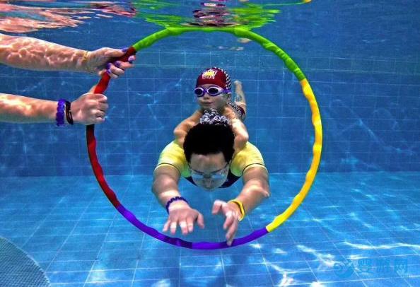 宝宝做事没有耐心和毅力,到游泳池里锻炼