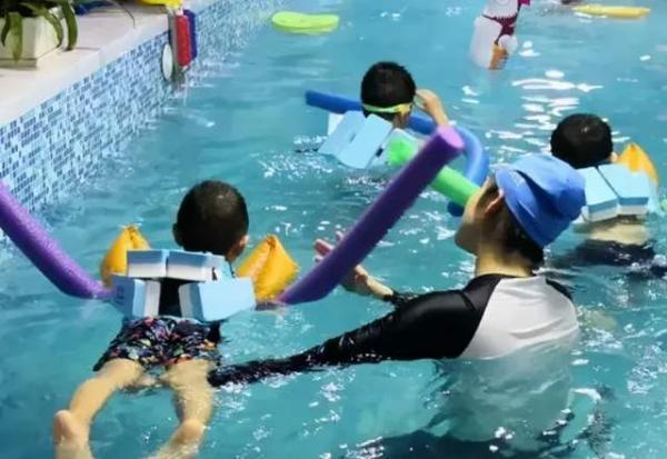 警惕宝宝运动发育迟缓,从婴幼儿游泳开始