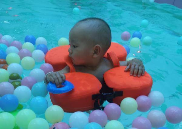 为什么宝宝喜欢待在游泳池了,这些因素不容忽视