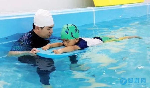婴幼儿游泳VS陆地运动,这五大优势值得关注