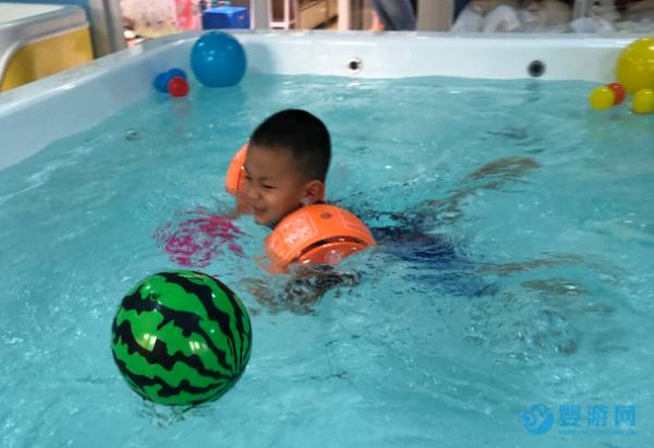 经常参加游泳,让孩子吃得香睡得稳、还能变聪明