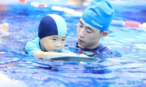 看了不同年龄宝宝的运动重点,明白婴幼儿游泳的重要性
