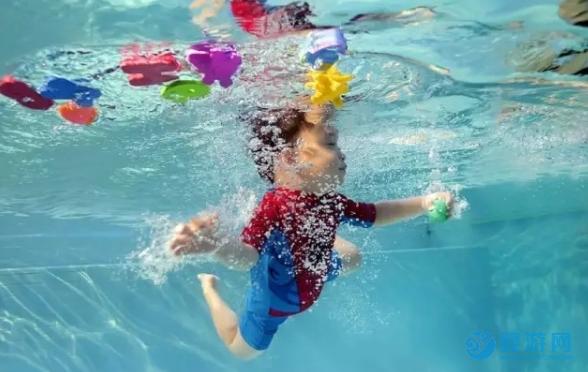 一般的宝宝七个月学会爬行,经常游泳的孩子更早
