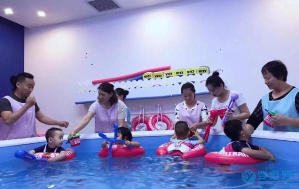 3岁前宝宝全面发育,离不开婴儿游泳的帮助